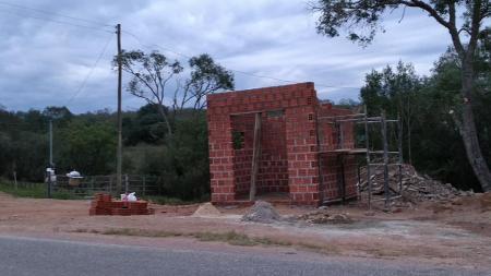 Prefeitura inicia construção de paradas de ônibus.